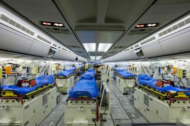 Německá pomoc Itálii: Vnitřek německého zdravotnického letadla Airbus A310, kterým bylo doKolína nad Rýnem ovíkendu převezeno šest Italů těžce zasažených koronavirem.
