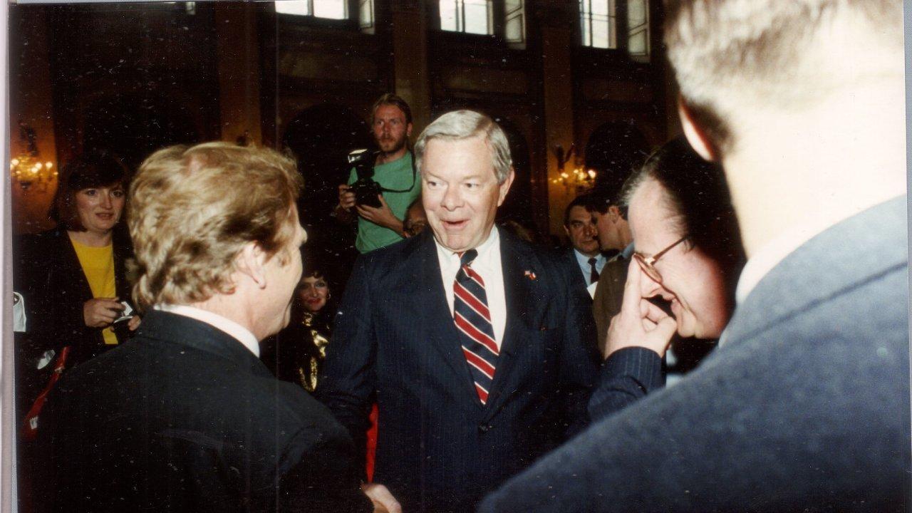 S Václavem Havlem se Gene Pell setkal 24. května 1990 ve Valdštejnském paláci v Praze při slavnosti otevření pražské redakce RFE/RL.