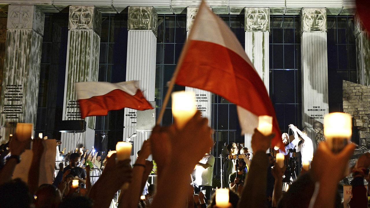 Lokální zájmy. O výrok Spolkového ústavního soudu o postupu ECB se chtějí opřít Maďarsko aPolsko vesporech sEvropskou komisí. Na snímku protesty proti reorganizaci Nejvyššího soudu veVaršavě.