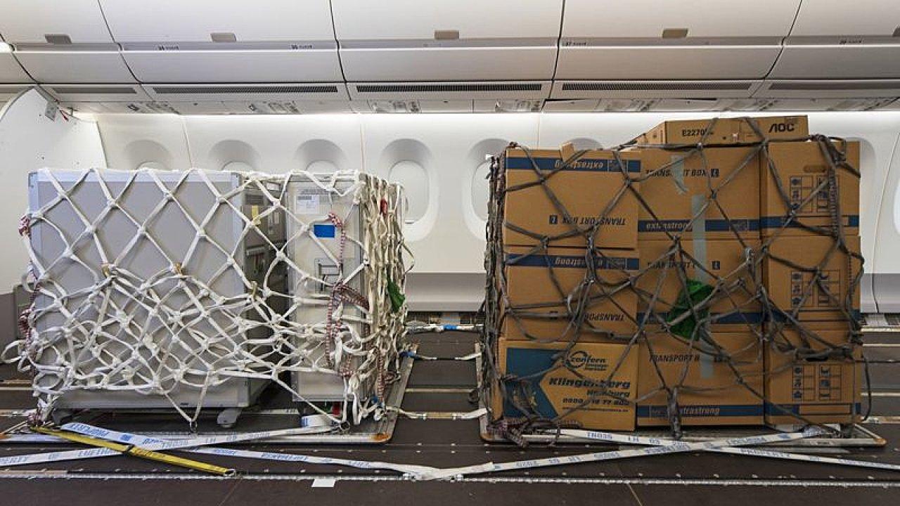 Uložení nákladu v kabině letadla pro cestující.