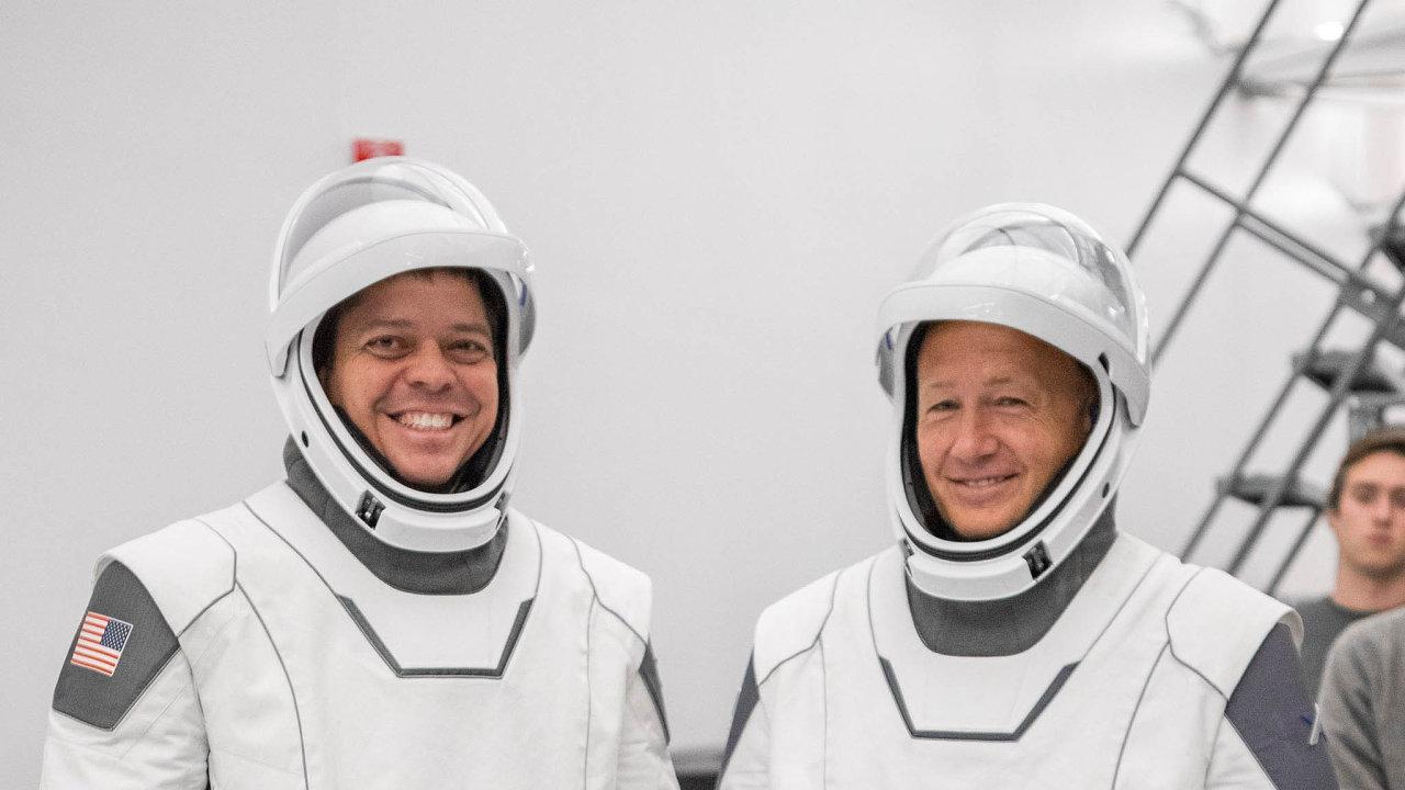 Dovesmíru vnovém stylu: SpaceX dodala NASA kromě rakety avesmírné lodi iskafandry. Robert Behnken aDouglas Hurley se během mise budou několikrát převlékat, což bude snovým typem snazší než dřív.