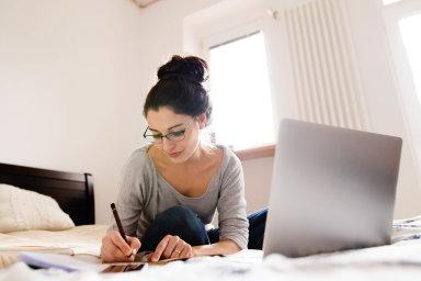 Lidé si v době koronavitu zvykli na práci z domova. A některé firmy jim ji do budoucna budou umožňovat ve větší míře než dosud.