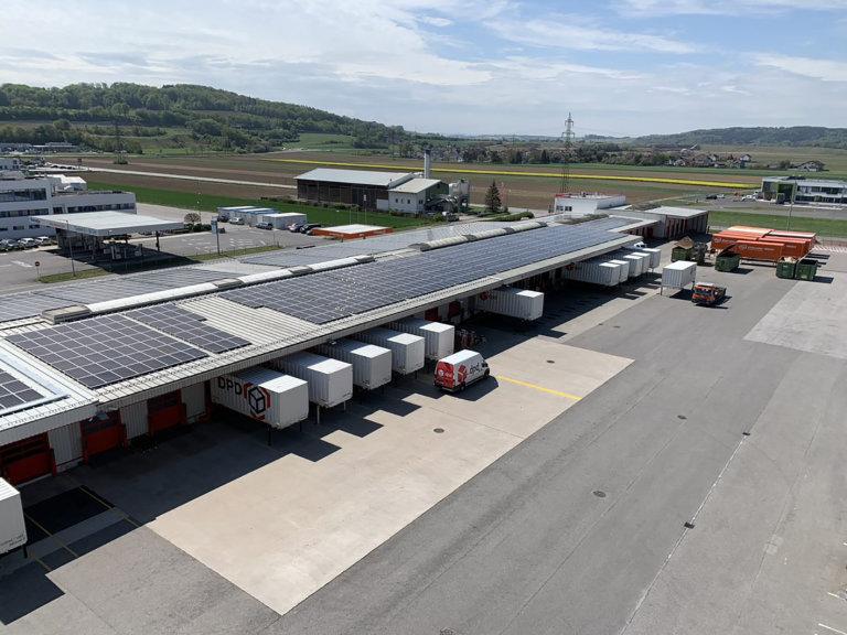 Převážná část fotovoltaických modulů na střešní ploše pobočky byla pronajata investorům z energetického sektoru.