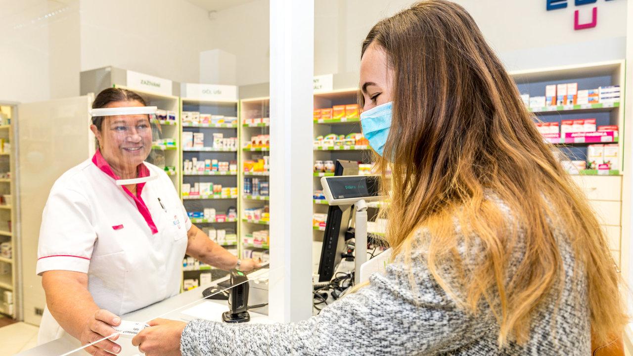 V Praze bude opět nutné nosit roušky v lékárnách.
