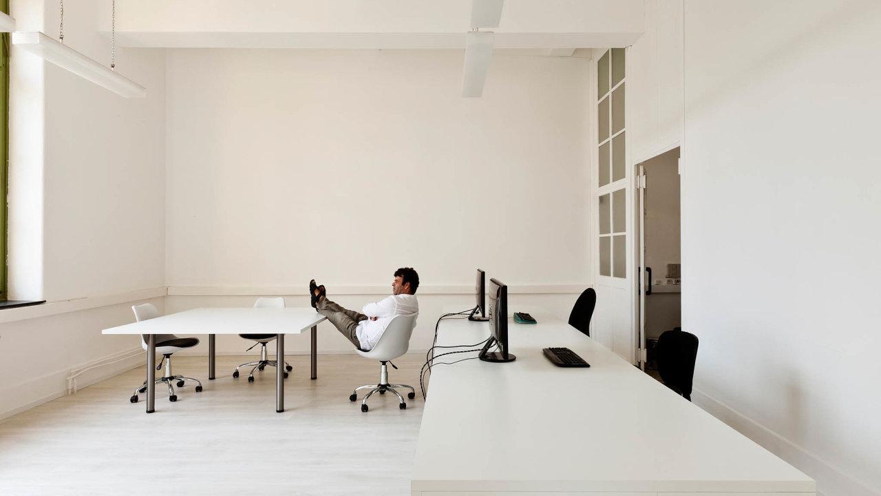 Kolik má šéfů? Praxi jednoho (nastrčeného) zaměstnance amnoha šéfů vjedné kanceláři insolvenčního správce stát zarazil.