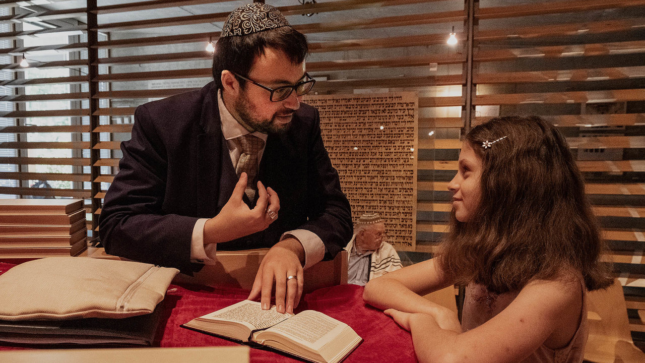 Uortodoxních židů si dívky obřad bat micva, symbol dospívání, odbývají mimo modlitebnu. Reformní židé ctí jiná pravidla, rabín David Maxa tak přivítal dvanáctiletou Johanu mezi dospělými v synagoze.