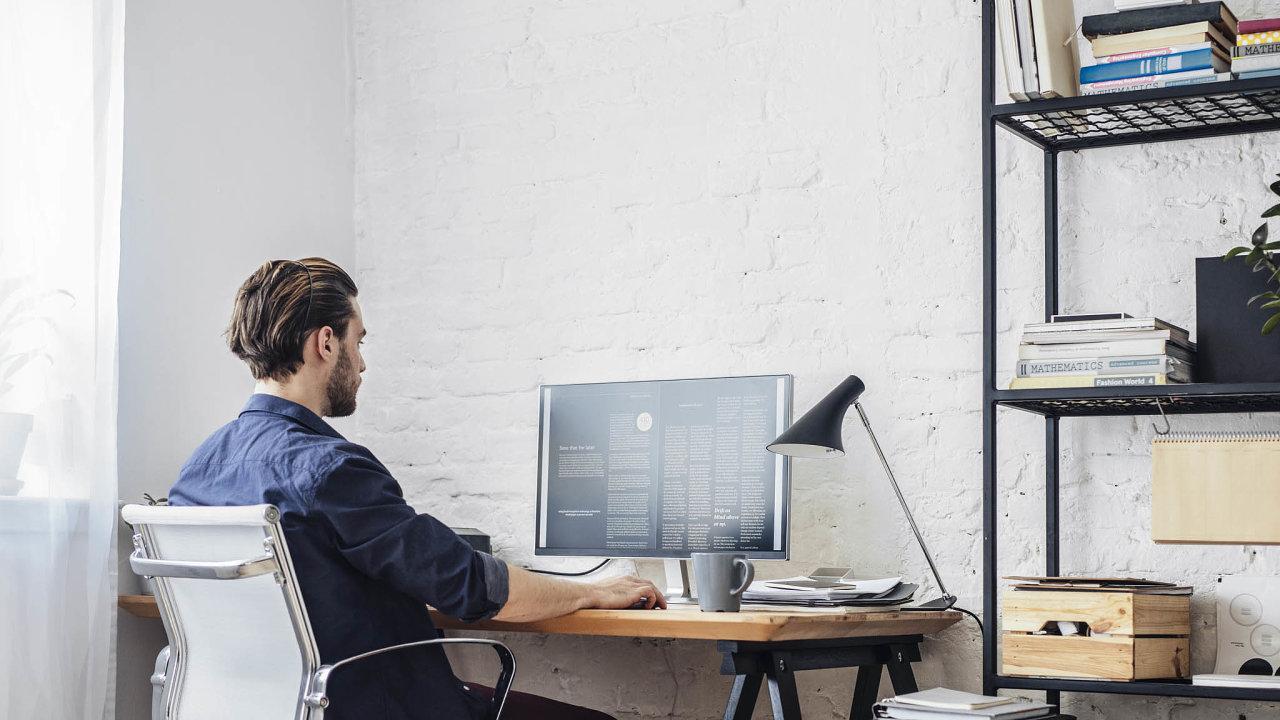 Lidé, kteří při koronavirové epidemii nemohou do práce, si pracovní kouty zařizují doma. Obchody potvrzují zvýšený zájem o kancelářské stoly, židle a další vybavení.