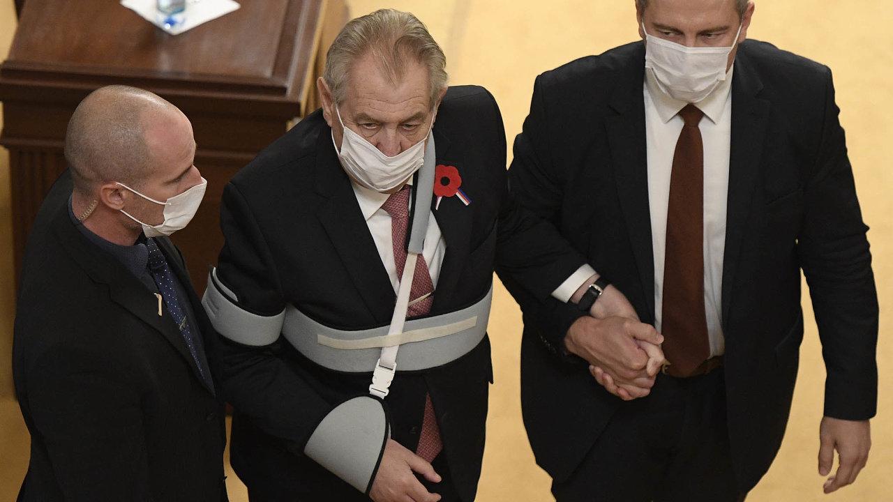Prezident Miloš Zeman (uprostřed) odchází 11. listopadu 2020 po svém vystoupení ze schůze Poslanecké sněmovny v Praze.