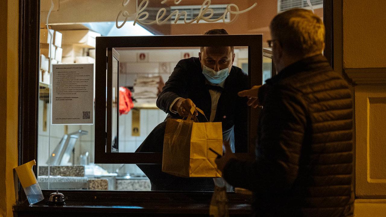 Restaurace mohou prodávat jídlo jen přes výdejová okénka. Kdy se do nich vrátí hosté, je stále nejasné.