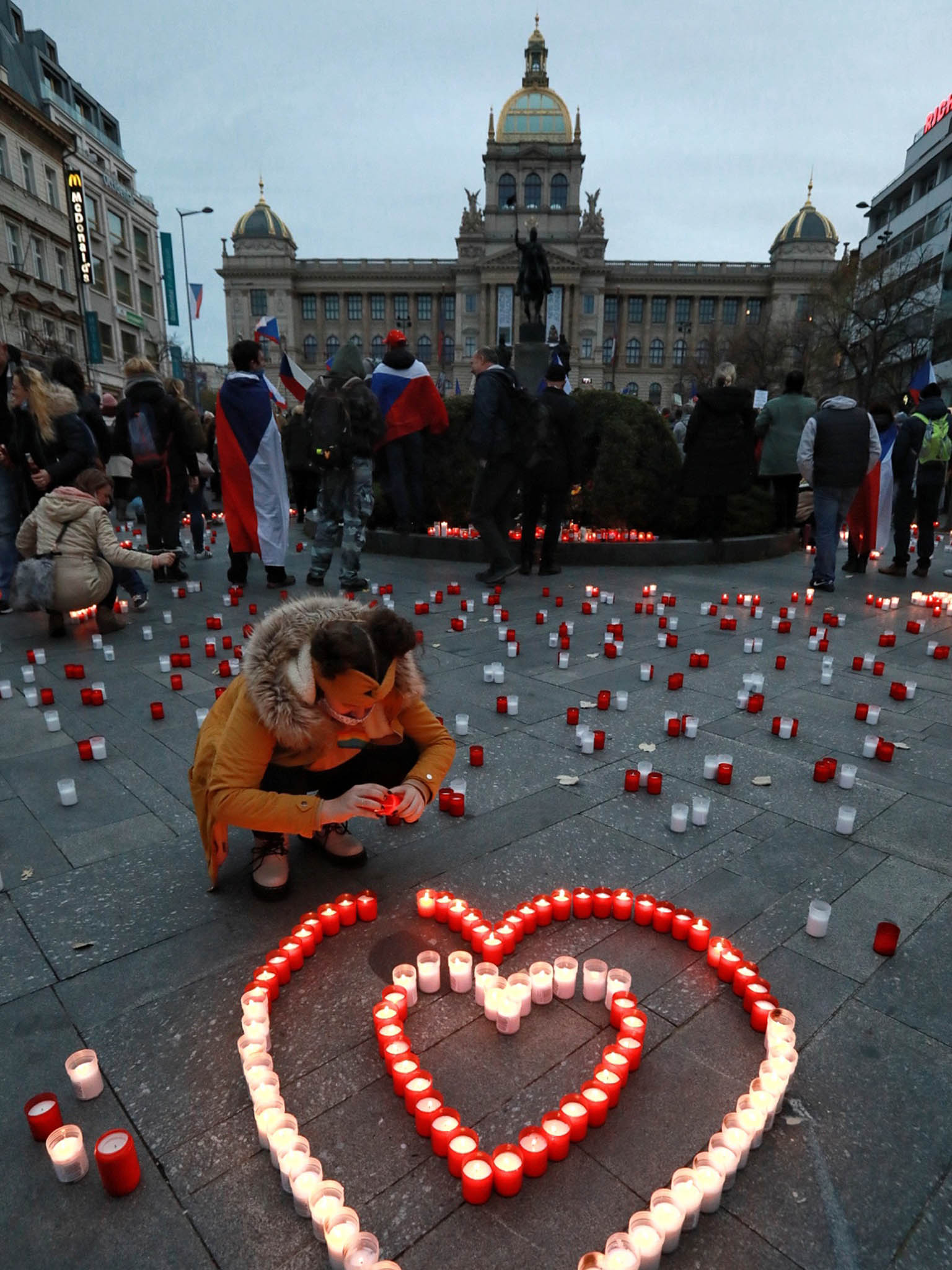 Česko si připomnělo výročí 17. listopadu, také se demonstrovalo proti vládním opatřením.