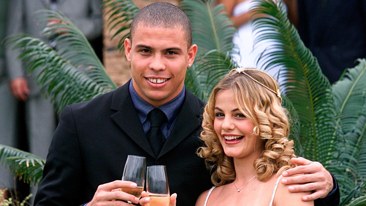 Svatba na Štědrý den. Výběrem data své první svatby chtěl dát brazilský fotbalista Ronaldo najevo i zbožnost. Těhotenství nevěsty Milene Dominguesové s tím tak úplně nehrálo.