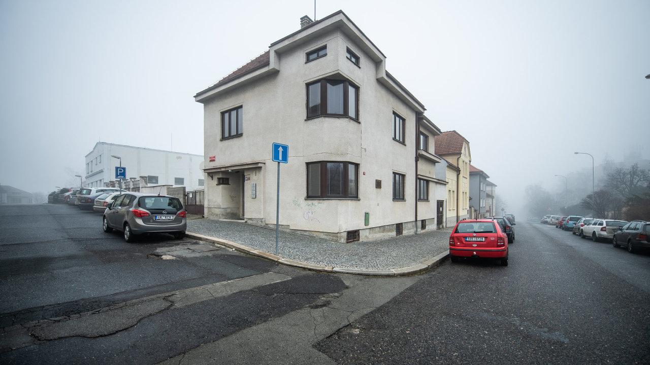 Multifunkční objekt. Mělnickou vilu prodal exekutor Roman Chaloupka jedné ze svých dvou firem. Sídlí v ní, stejně jako exekutorský úřad.