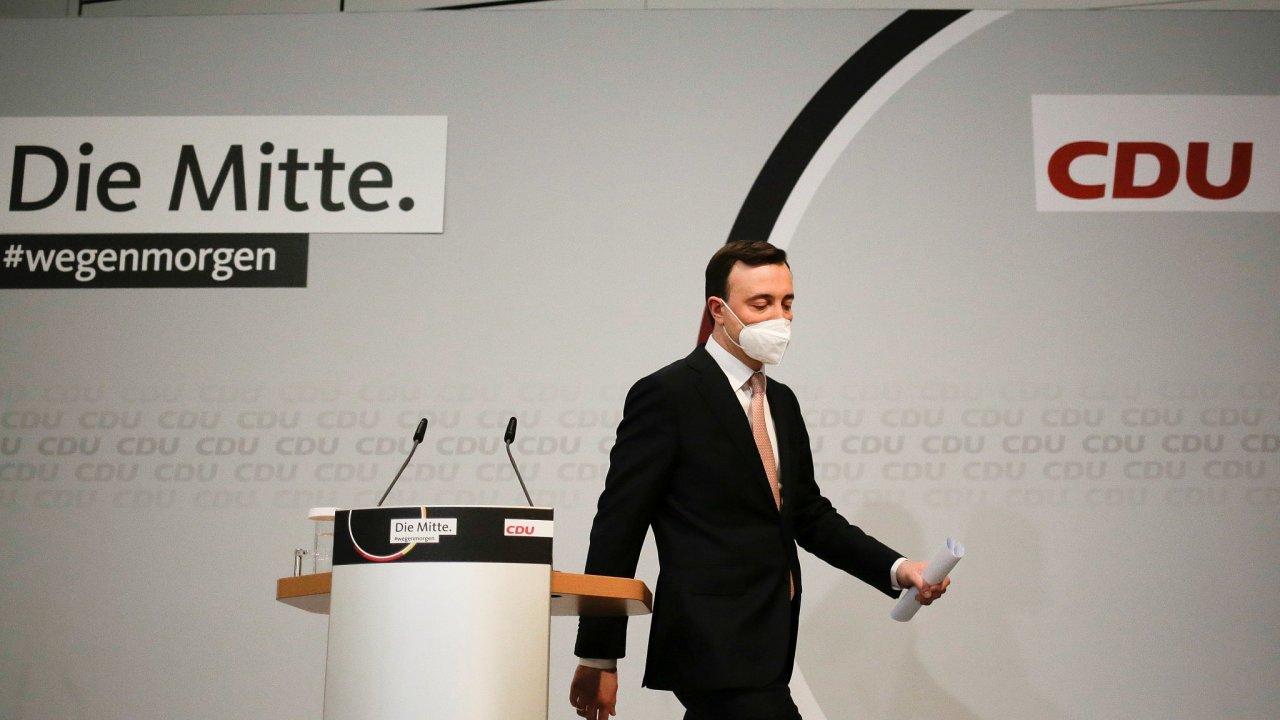 Generální tajemník CDU Paul Ziemiak opouští pódium po ohlášení po prvních projekcí v zemských volbách.