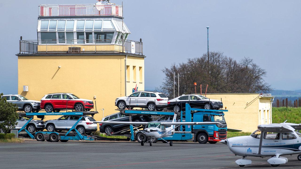 Škoda Auto začala skladovat na letišti v Hradci Králové vozy, jejichž výrobu nemůže kvůli chybějícím čipům dokončit. Provoz letiště omezen není.