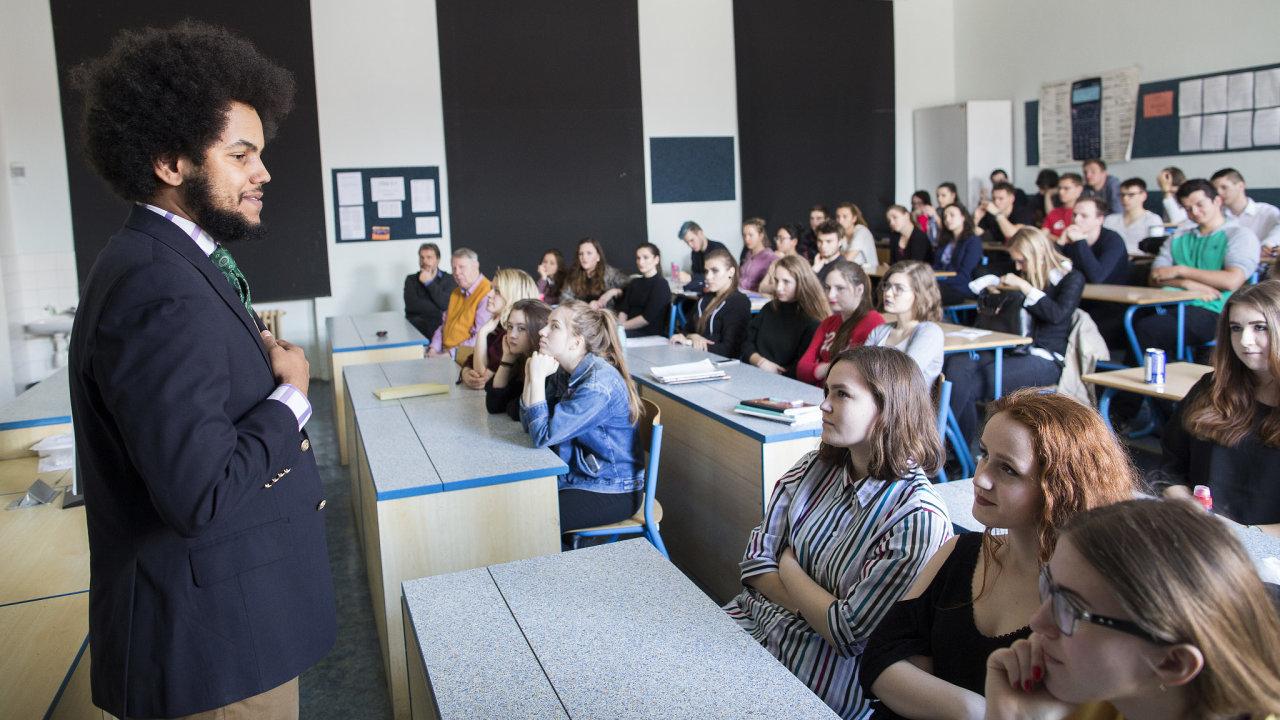 Dominik Feri na přednášce o politice na gymnáziu. 6.4.2017 Praha