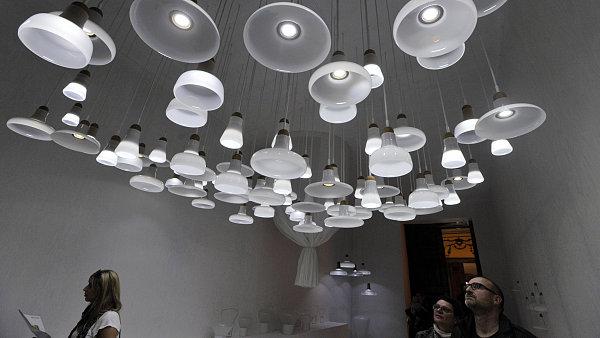 Bílé závěsné svítidlo z kolekce BROKIS 2012 od Lucie Koldové a Dana Yeffeta bylo vyhlášeno nejlepším novým nábytkem.