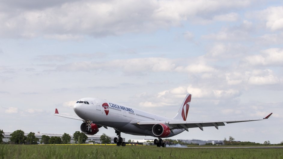 Airbus A330 přilétá do Prahy