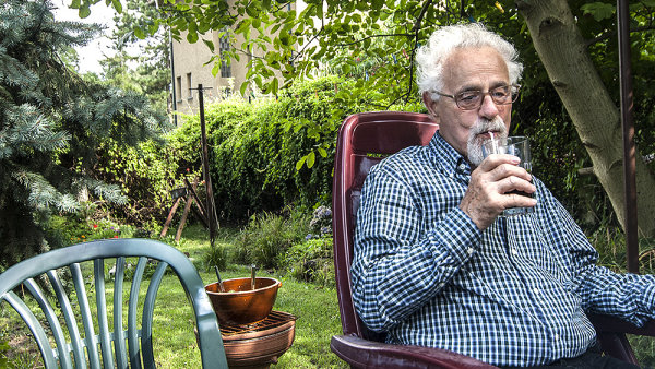 Valtr Komárek na své zahradě