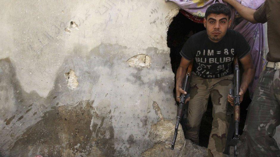 Sýrie - člen Svobodné syrské armády vychází z úkrytu v Aleppu.