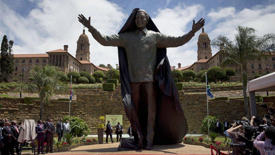 Bronzová socha Nelsona Mandely v Pretorii
