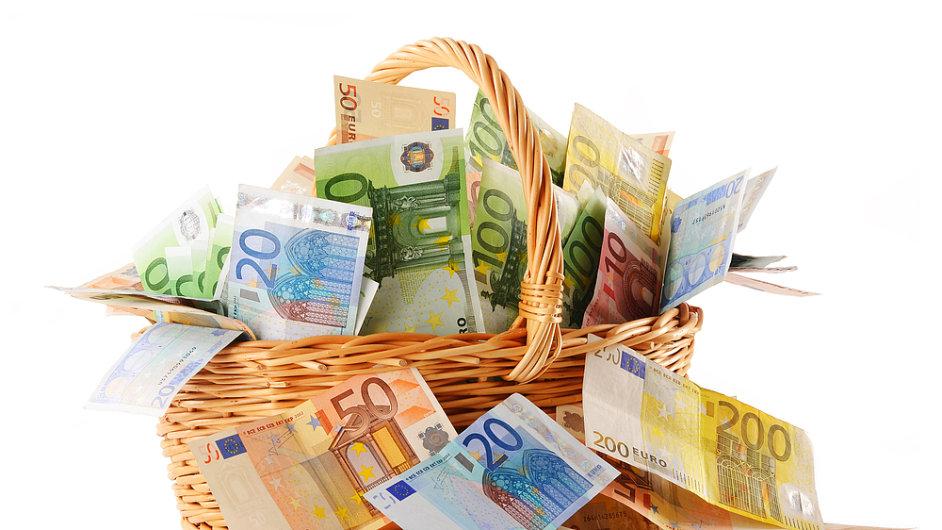 Výsledné saldo transakcí mezi Českem a EU bylo loni rekordní.