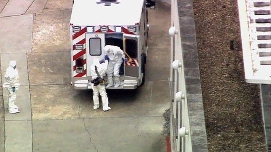 Sanitka přiváží Američana nakaženého ebolou do Emoryho univerzitní nemocnice