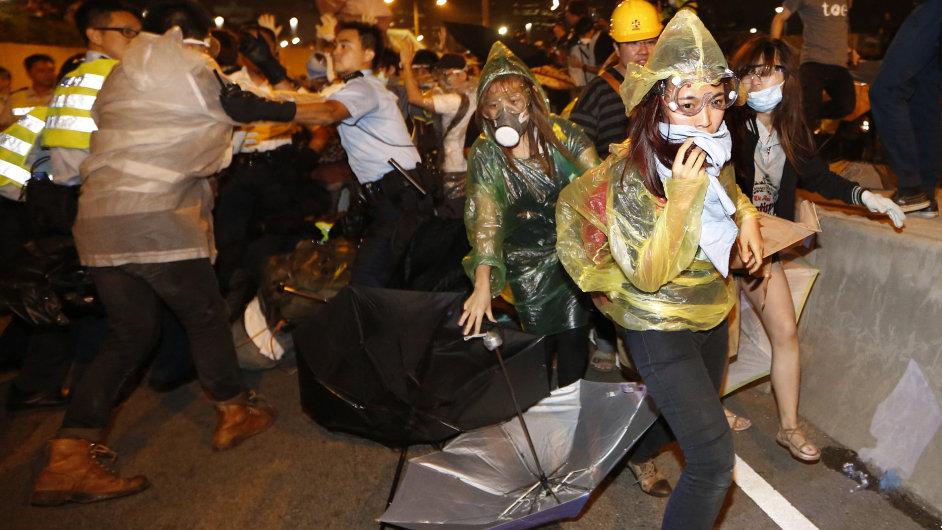 Policie zakročila proti demonstrantům v Hongkongu.