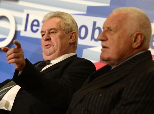 Prezident Miloš Zeman (vlevo) a bývalý prezident Václav Klaus (vpravo) se zúčastnili ekonomické konference k hospodářské politice v souvislosti s 25. výročím 17. listopadu 1989.