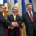 Moldavsk� premi�r Iurie Leanca (uprost�ed) spolu s prezidenty Polska a Ukrajiny.
