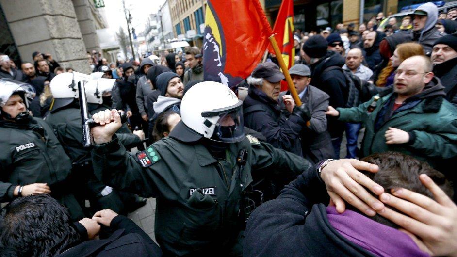 Demonstrace soupeřících skupin ve Wuppertalu přerostly v násilí