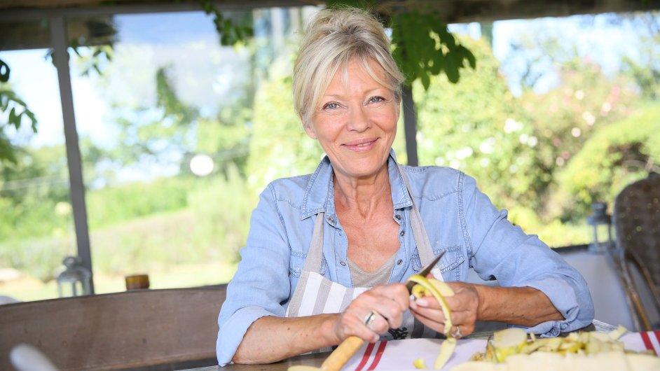 Německé důchodkyně pečou dorty, ilustrační foto.