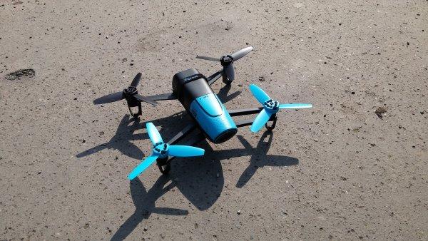 S dronem nad Karl�nem: Parrot Bebop zvl�dne pilotovat i d�t�