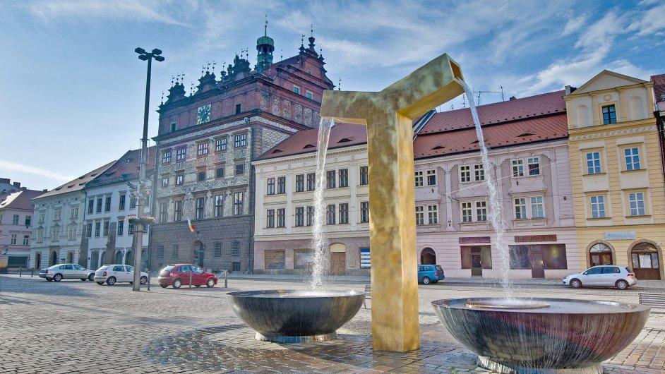 Moderní pozlacené kašny podle návrhu Ondřeje Císlera před plzeňskou renesanční radnicí