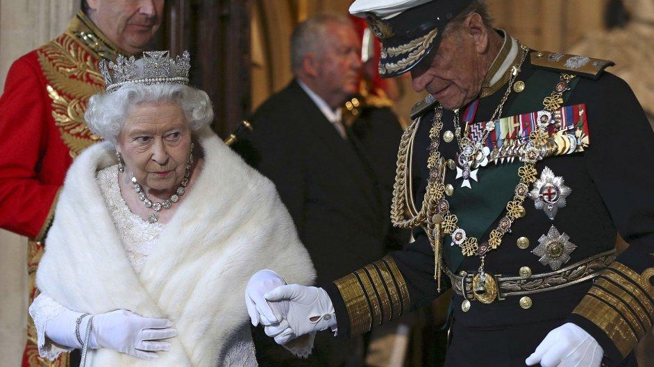 Britská královna Alžběta a princ Filip odjíždějí z Westminsterského paláce.