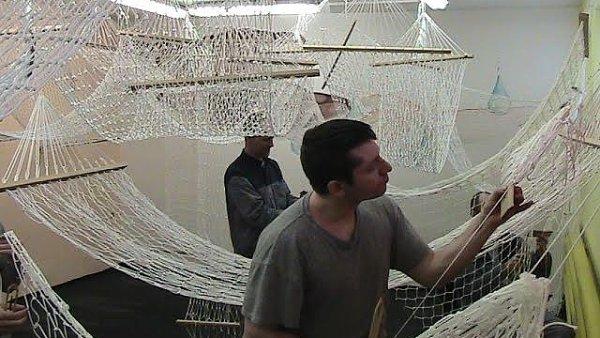 Vězni ve věznici Vinařice pletou houpací sítě.