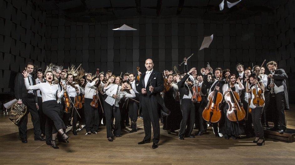 Profilový snímek PKF - Prague Philharmonia s novým šéfdirigentem Emmanuelem Villaumem (uprostřed).
