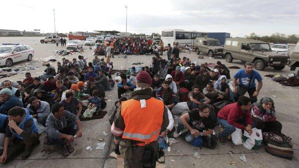 Migranti čekají na autobusy v rakouském Nickelsdorfu - Ilustrační foto.