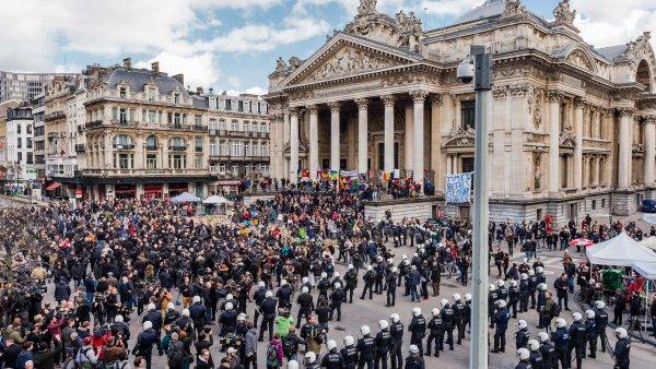 Policisté zasahují v Bruselu poté, co extremisté narušili poklidnou pietu.