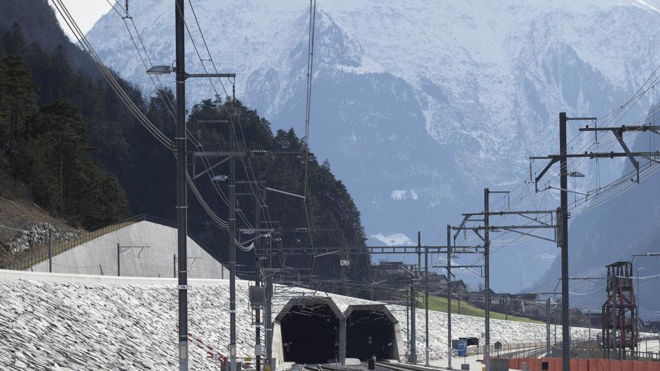 Švýcaři uvádějí dozkušebního provozu nový Gotthardský železniční tunel.