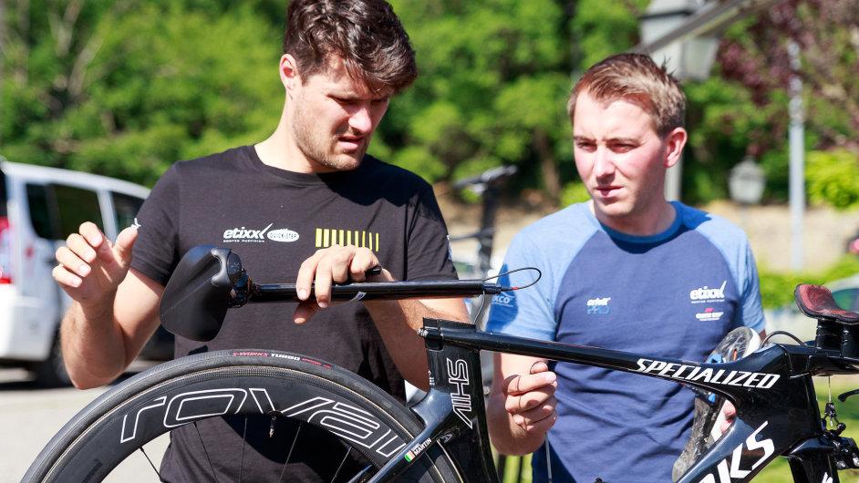 Hlavní mechanik týmu Etixx-Quickstep Kenny Latomme (vlevo) chystá během volného dne v Andoře společně s kolegou Nicolasem Coosemansem časovkářský speciál.