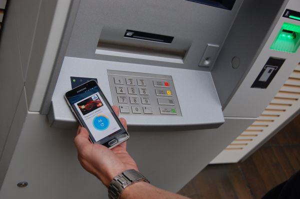 Bezkontaktní výběr z bankomatu je tady. Bankovky z něj vytáhnete i mobilem