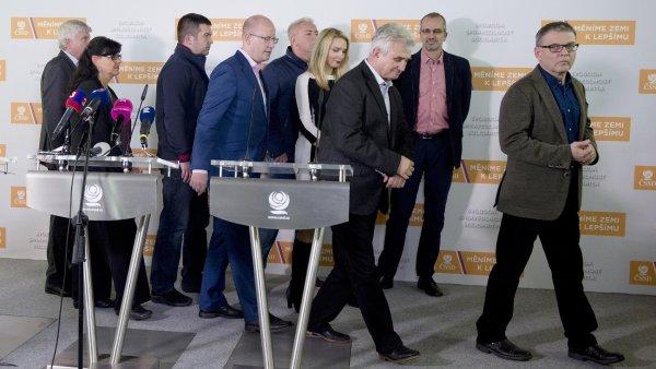 Tisková konference ve volebním štábu ČSSD v Praze, kde představitelé strany 15. října sledovali výsledky voleb do Senátu.