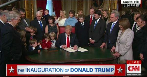 Trump podepisuje