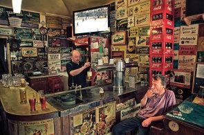 Až vzplane poslední cigareta: Budou ze zadýmených hospod kluby, kde se smí kouřit dál?