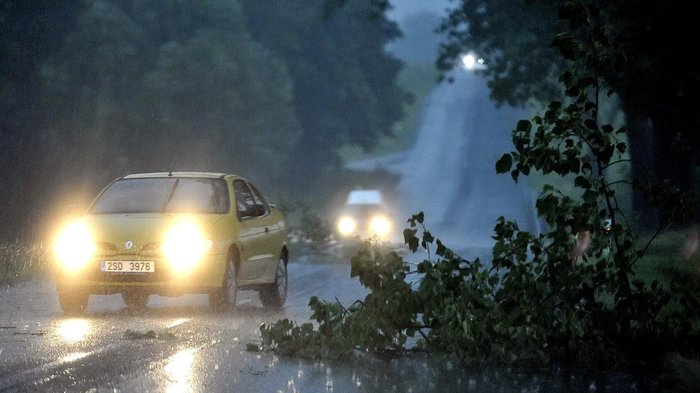 Bouřka lámala stromy a zaplavovala sklepy