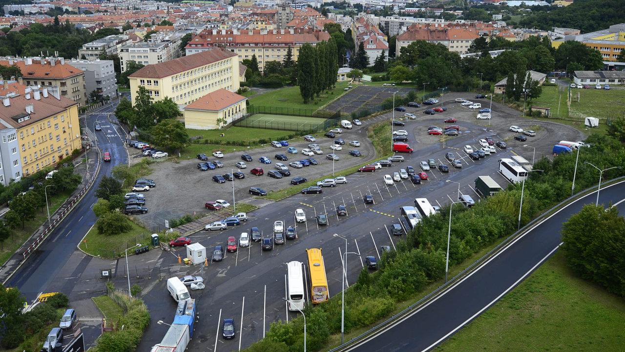 Od 1. dubna roku 2018 vypoví magistrát hlavního města smlouvu zhruba 60 provozovatelům soukromých parkovišť - Ilustrační foto.