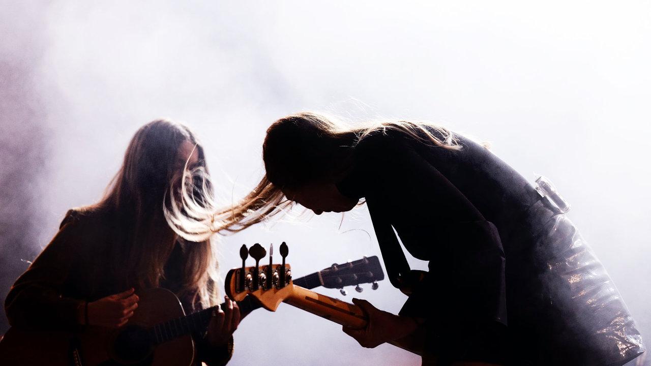 Na snímku z letošního barcelonského festivalu Primavera jsou členky kapely Haim.