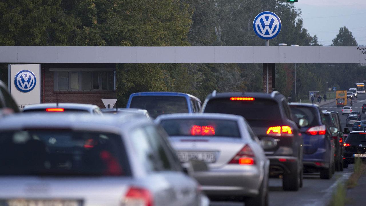 Svolávání dieselových vozů skupiny Volkswagen postupuje pomaleji, než se čekalo. V Česku se má úprava softwaru týkat 160 tisíc vozidel s naftovými motory řady EA 189, z toho necelých 100 000 škodovek.