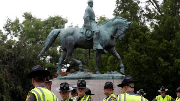 Pomník jižanského generála Roberta E. Leeho v Charlottesville, jehož stržení vyvolalo nepokoje.