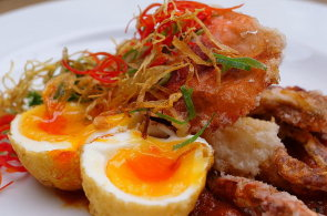 Podívejte se, jak v restauraci Café Buddha připravují smaženého kraba s omáčkou